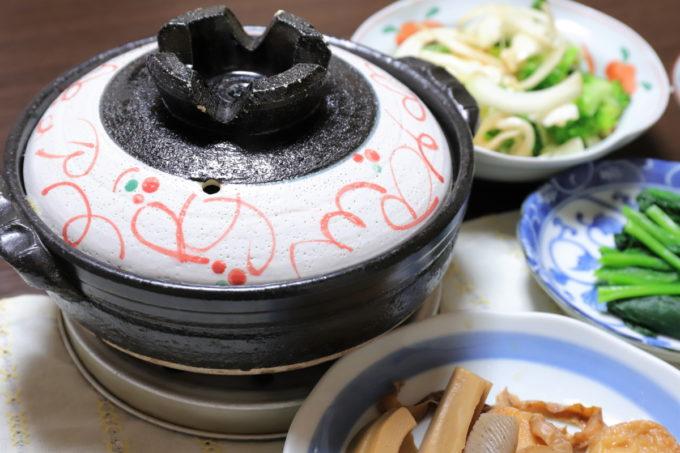 土鍋で作った鍋焼きうどんなど、祖母(おばあ)の家の晩ごはん