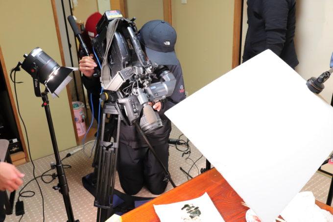 読売テレビtenのカメラマンが、おばあの作ったおにぎりを撮影しているところ
