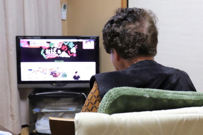テレビを見ている祖母(おばあ)