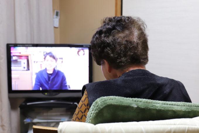 孫(僕)が映っているテレビを見ている祖母(おばあ)