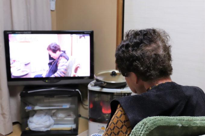 自分が映っているテレビを見ている祖母(おばあ)