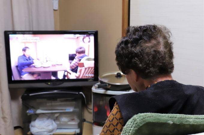 自分と孫(僕)が映っているテレビを見ている祖母(おばあ)