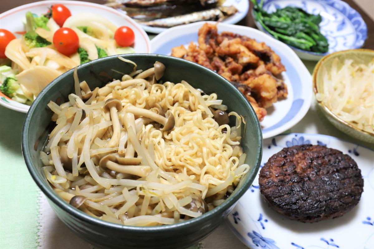 インスタントラーメンやハンバーグ、タコの天ぷらなど、祖母(おばあ)が作った晩ごはん