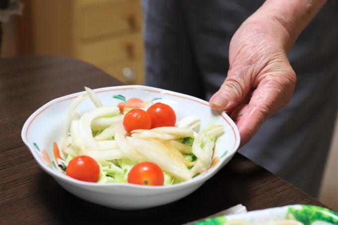 祖母(おばあ)が持ってきた手作りの野菜サラダ