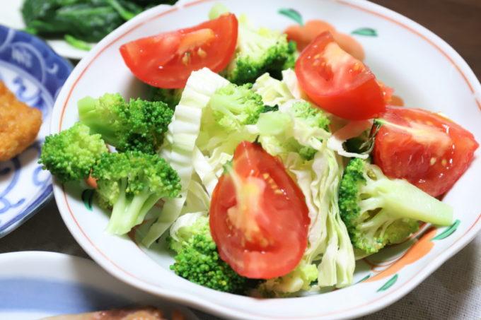 祖母(おばあ)が作った、トマトやブロッコリーが乗った野菜サラダ