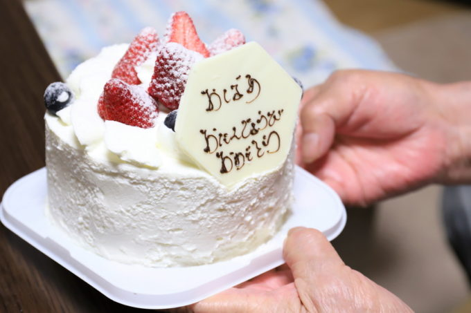 祖母(おばあ)の誕生日に買ってきたイチゴのショートケーキ
