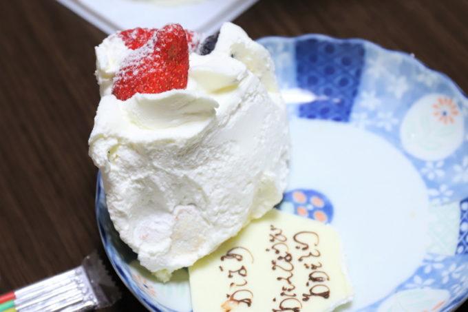 皿に取り分けたイチゴの誕生日ケーキ