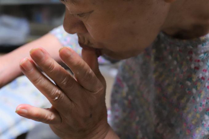 生クリームがついた指を舐めている祖母(おばあ)