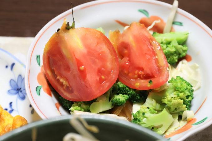 祖母が作ったトマトの乗せた野菜サラダ