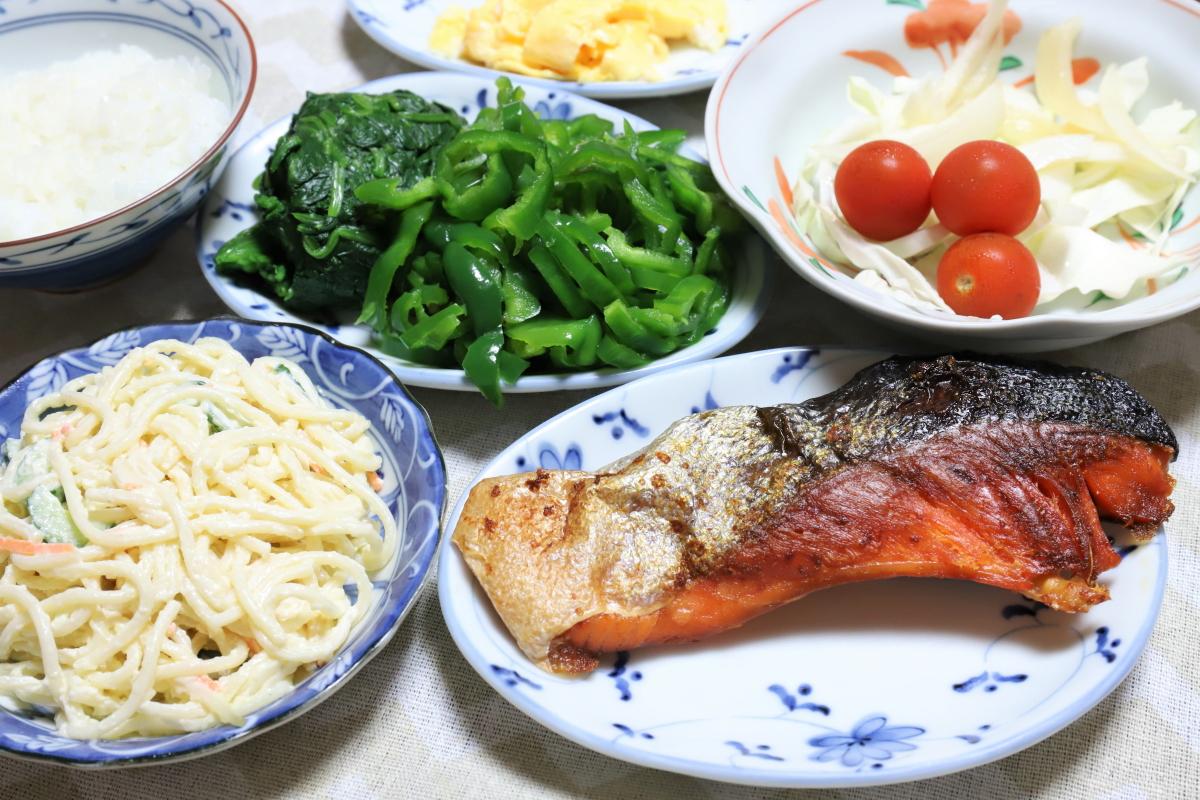 鮭の塩焼きやピーマンとほうれん草のサラダなど、祖母(おばあ)が作った晩ごはん
