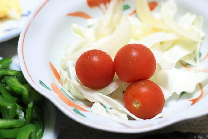 祖母(おばあ)が作ってくれたキャベツとミニトマトのサラダ