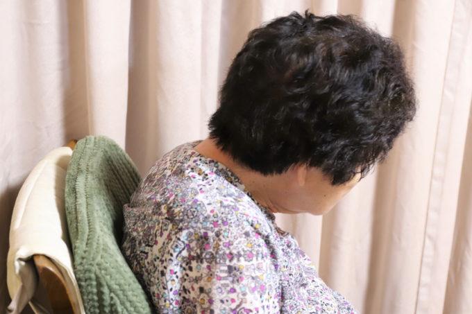 テレビをイスに座って見ている祖母(おばあ)