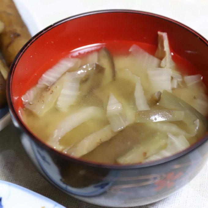 祖母(おばあ)が作ったナスと白菜の味噌汁