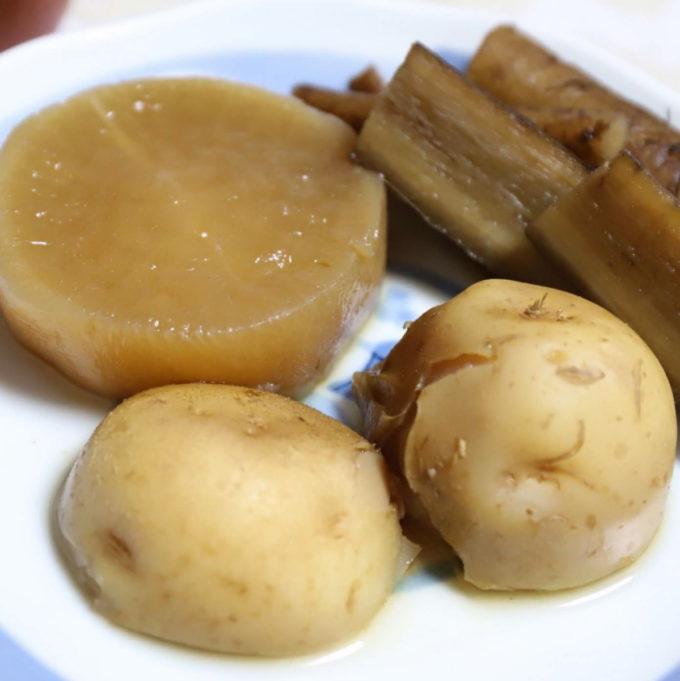 祖母(おばあ)が晩ごはんに用意した根菜の煮物(大根、ゴボウ、じゃがいも)