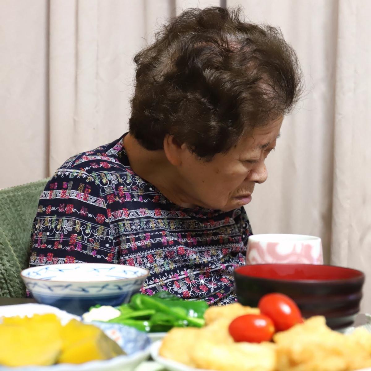 食後に居眠りしている祖母(おばあ)