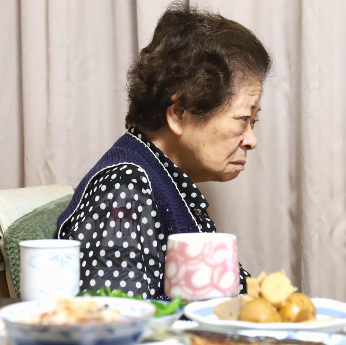食後にくつろいでいる祖母(おばあ)と、晩ごはんのメニュー