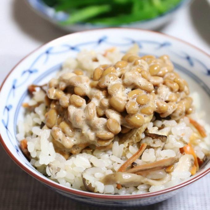 納豆を乗せた炊き込みご飯