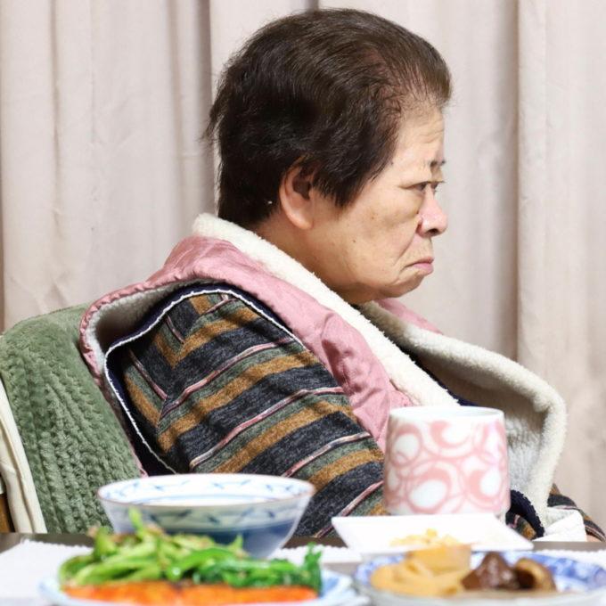 ひとりで夕飯を食べ終え、テレビを見ている祖母(おばあ)