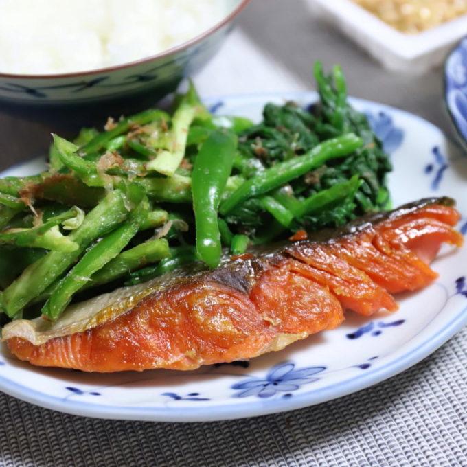 焼いた鮭の切り身と付け合わせの野菜