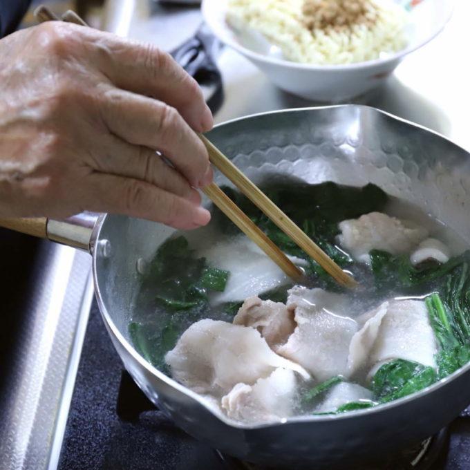 サッポロ一番みそラーメンを鍋で作っているところ