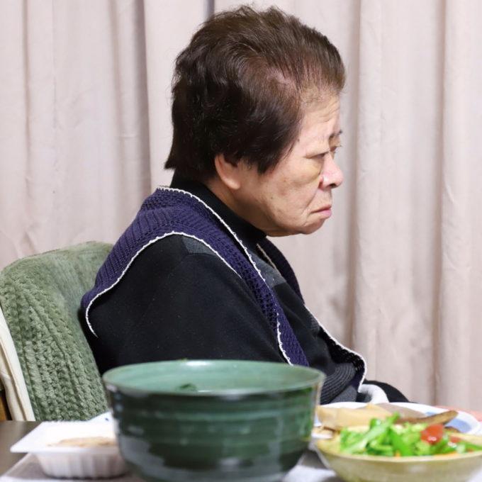 祖母(おばあ)と祖母が作った晩ごはん(サッポロ一番みそラーメン)