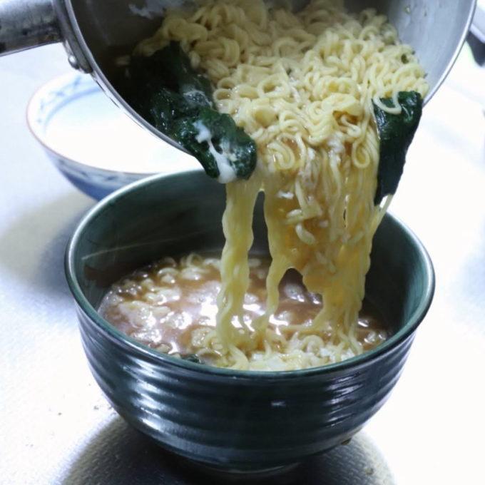 袋麺を鍋で作り、丼ぶりに移しているところ
