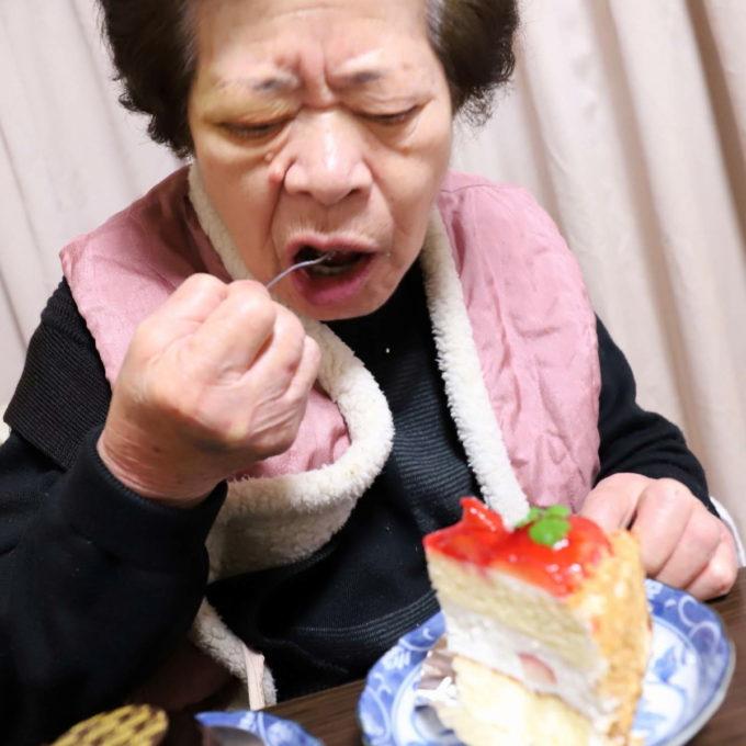 クリスマスイブにケーキを食べる祖母