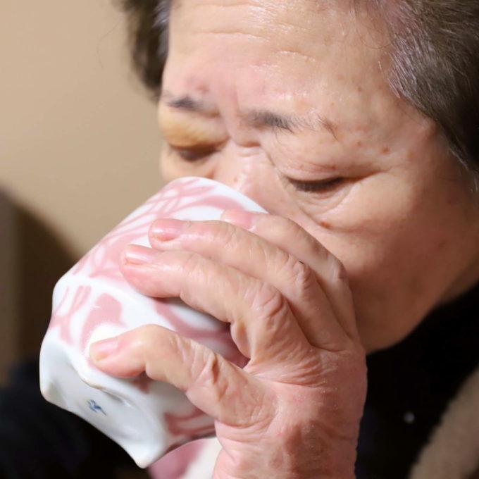 食後に湯呑でお茶を飲む祖母