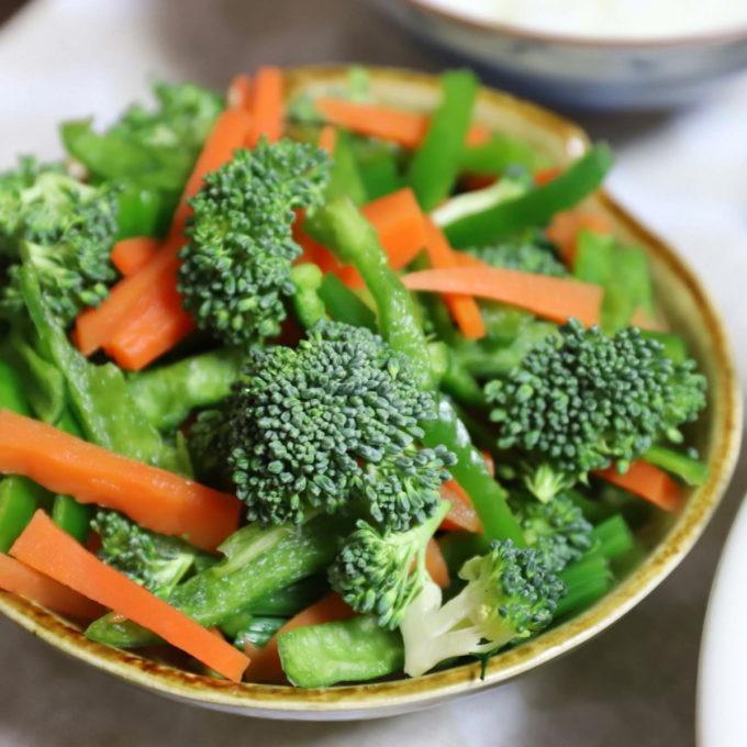 赤と緑のクリスマスカラーの野菜サラダ(生ブロッコリーとピーマン、茹でたニンジン、ほうれん草)
