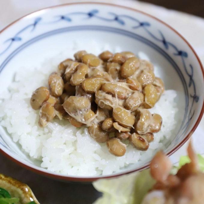 混ぜた納豆をご飯に乗せた納豆ごはん
