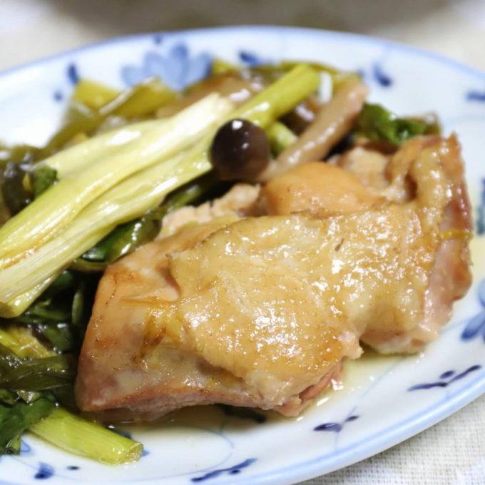 皿に盛られた鶏肉とネギの照り煮