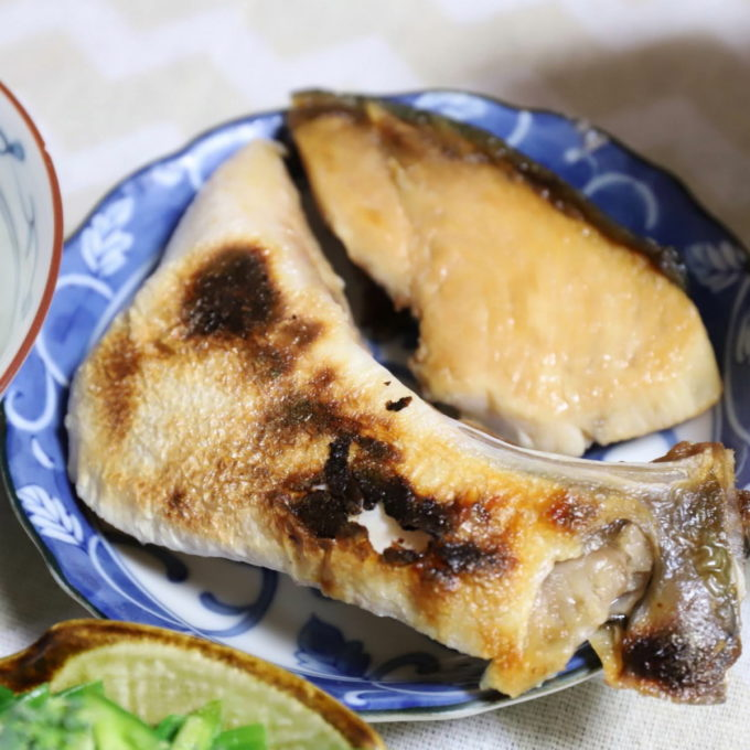 皿に盛られたブリの身とカマの塩焼き