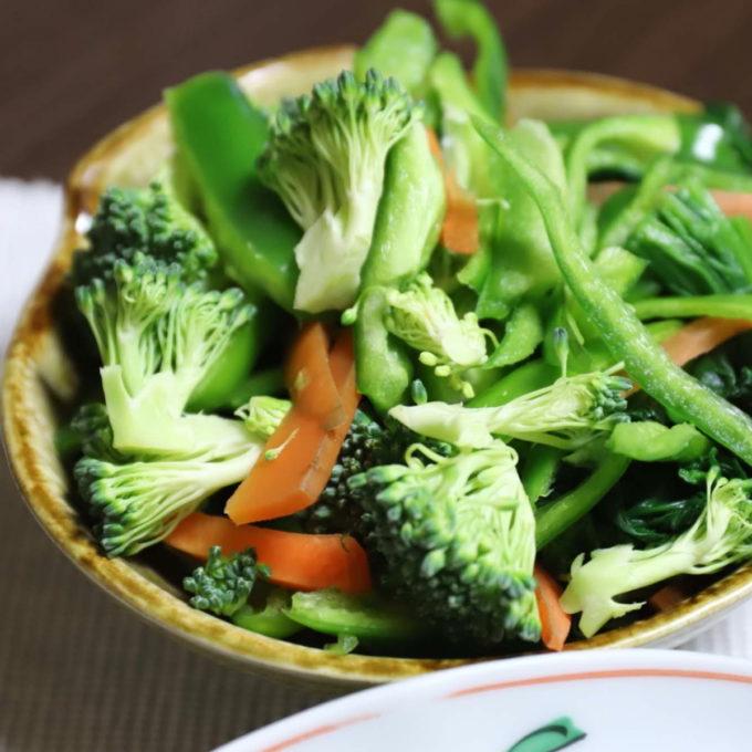 生ピーマンに生ブロッコリー、茹でほうれん草、ニンジンのサラダ