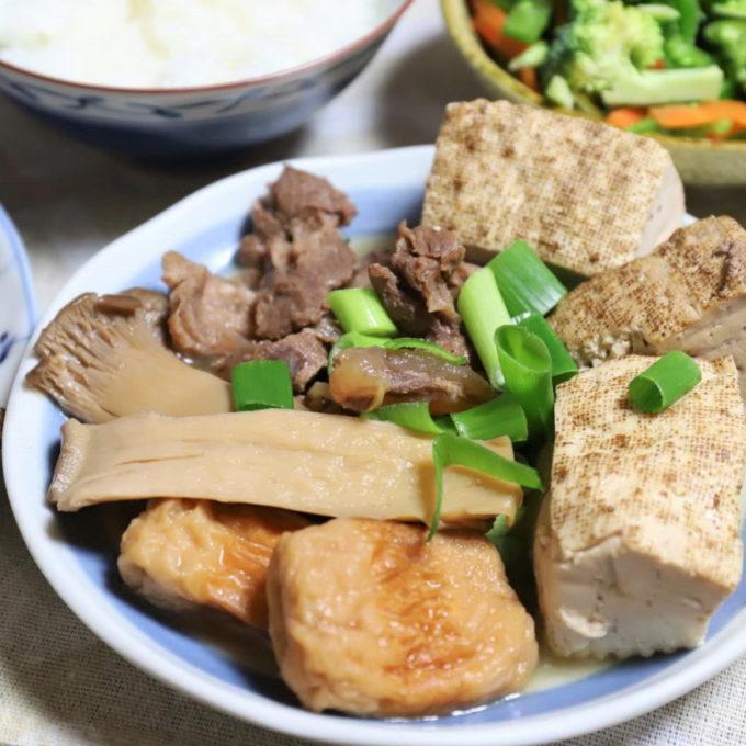 祖母(おばあ)が作った、エリンギ、豆腐、すじ肉、ちくわ入りのおでん風の煮物