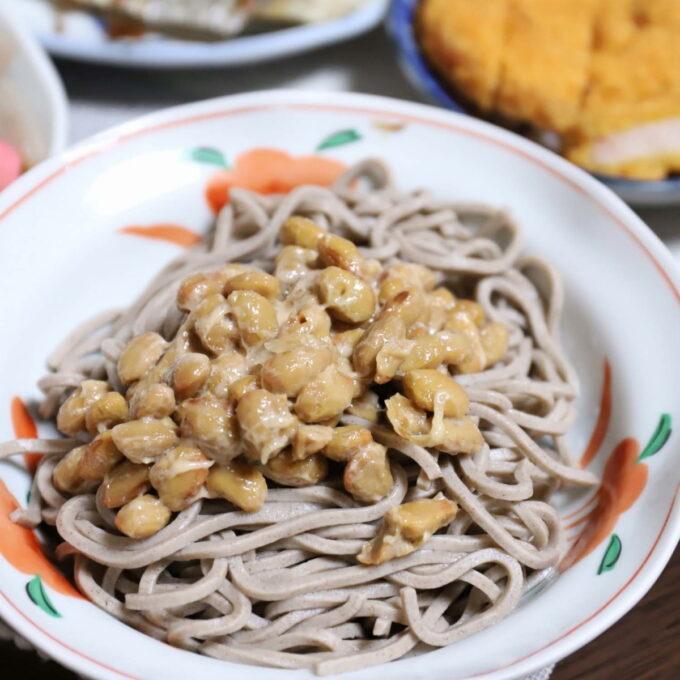 冷たいざる蕎麦に納豆をトッピングした納豆蕎麦