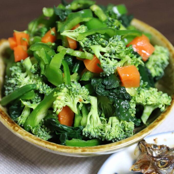 生ブロッコリーとピーマン、茹でほうれん草とニンジンのサラダ
