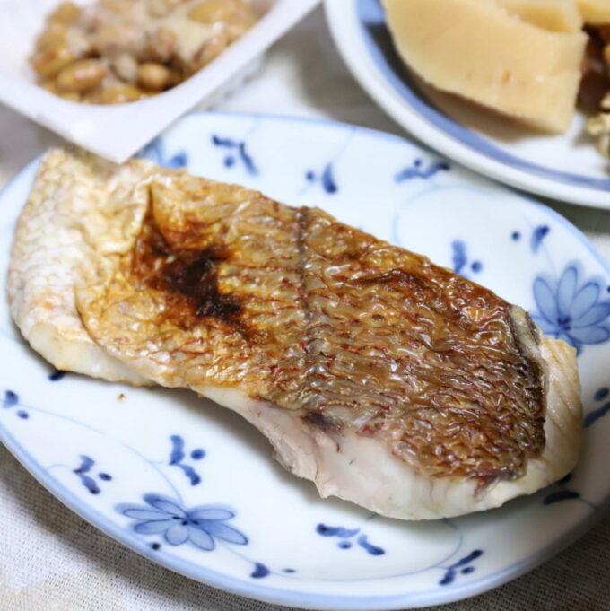 皿に乗った赤魚の塩焼き