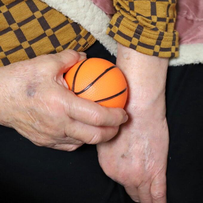 握力トレーニング用のボールを握っている祖母(おばあ)の手