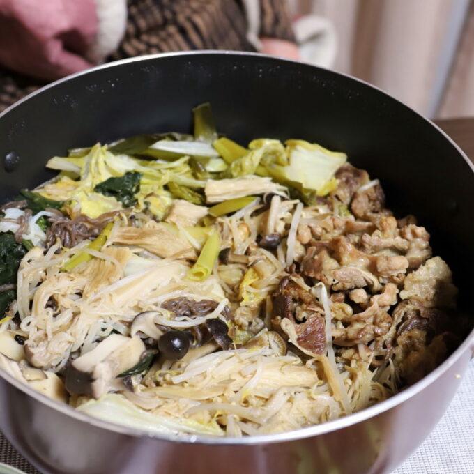 祖母(おばあ)が作った鍋いっぱいに入ったすき焼き