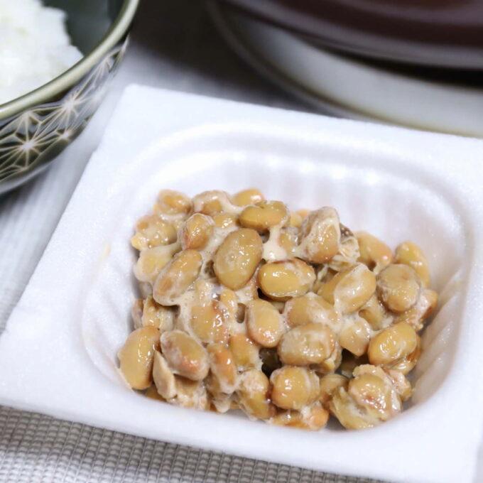 良くかき混ぜたパック入りの納豆
