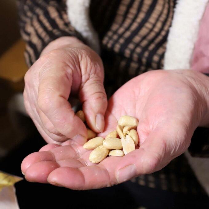 手の平に乗っている塩バターピーナッツ