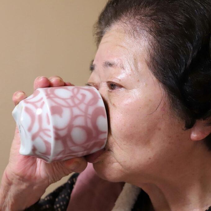 お茶をすすっている祖母
