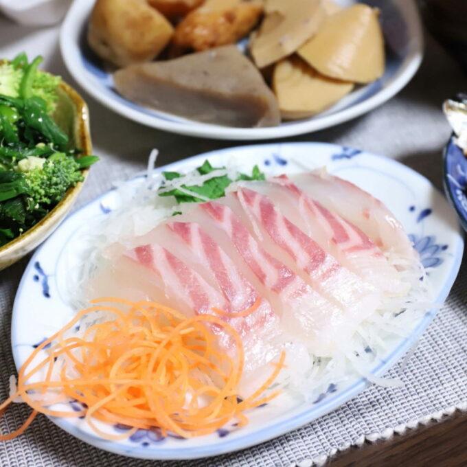 皿に乗った鯛の刺身