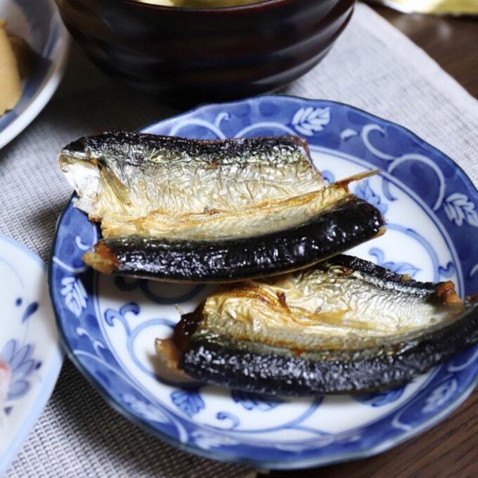 皿に乗った秋刀魚の干物
