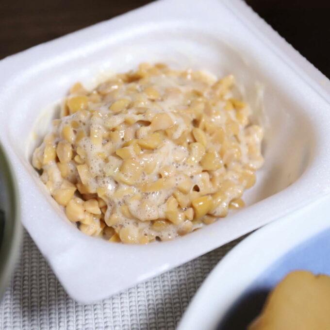 よくかき混ぜたパック入りのひきわり納豆