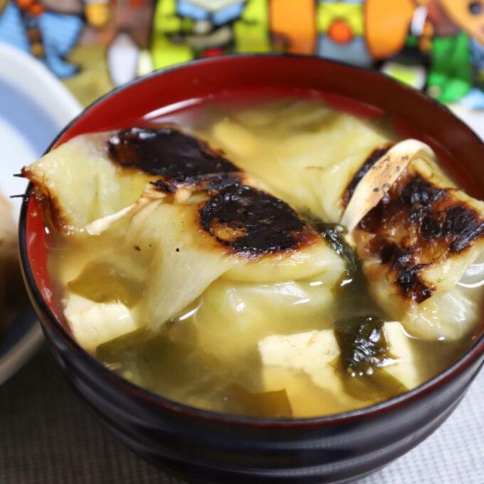 お椀に盛りつけたロールキャベツ入りの味噌汁