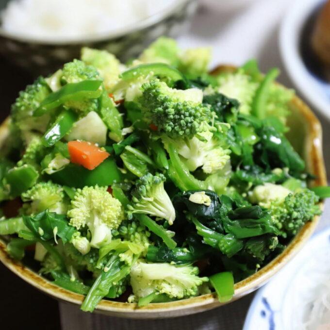 生ブロッコリーや生ピーマンの入った野菜サラダ