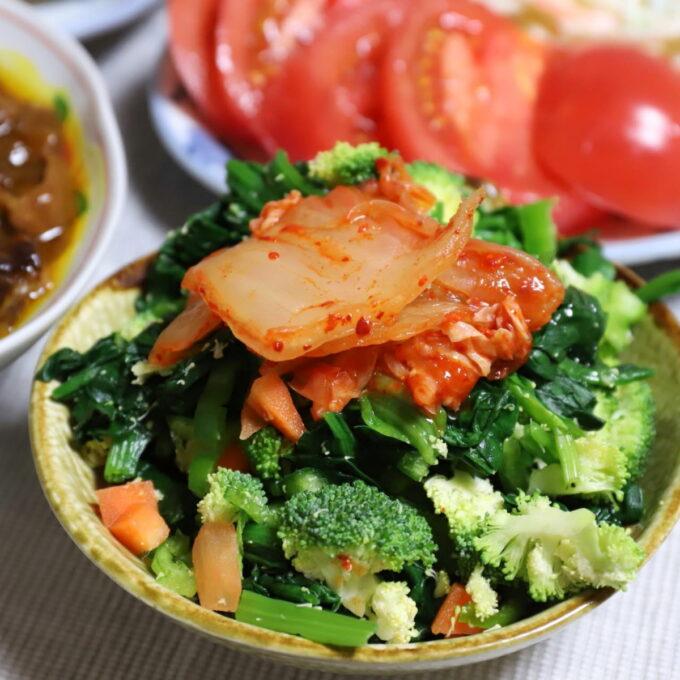 キムチをトッピングした生ブロッコリー入り野菜サラダ
