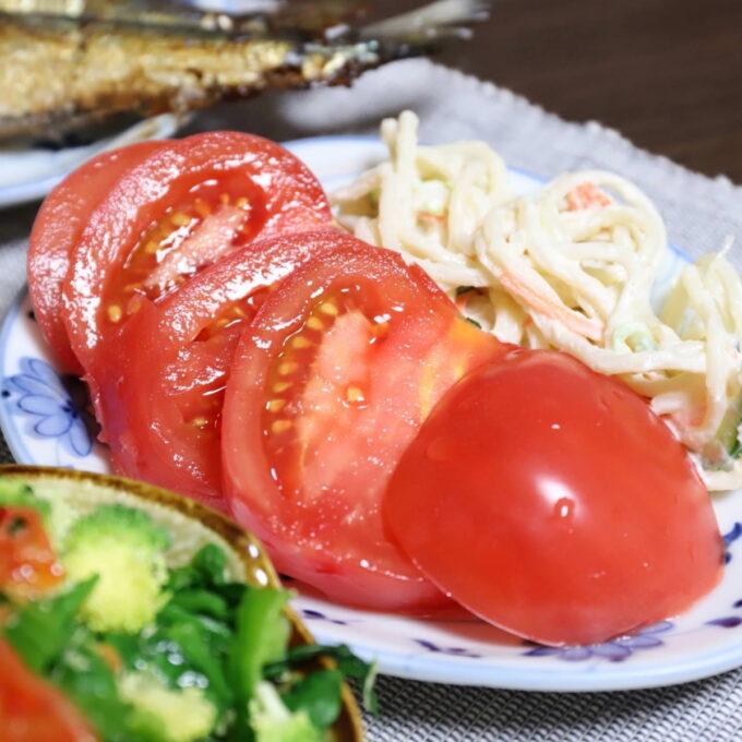 スライスしたトマトとスパゲッティサラダ