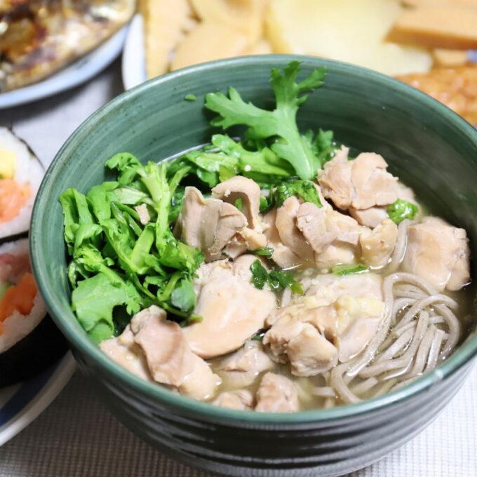 生春菊と鶏肉入りの、味噌汁蕎麦